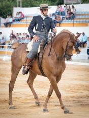 Victor Manuel Magriz con Picachu en unos pasos de costado